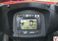 Приборка компактна и информативна. ЖК-дисплей сообщает райдеру пробег, скорость, время, запас топлива и включенный режим трансмисии.