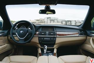 Передняя панель, органы управления – все без изменений позаимствовано у BMW X5. Разве что двухцветная отделка выглядит необычно, но это опция