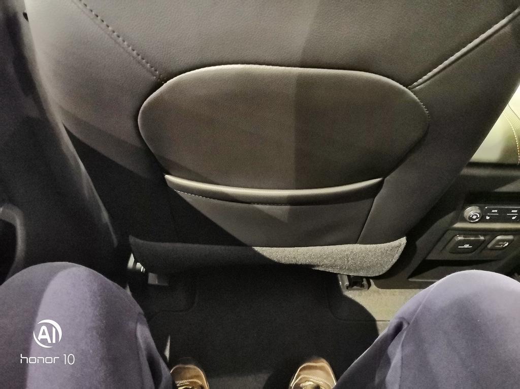 a5139f65c1c2 до переднего сиденья расстояние от коленей еще сантиметров 20-25 в  максимальном назад положении (кресла второго ряда капитанские, спинка  регулируется и ...